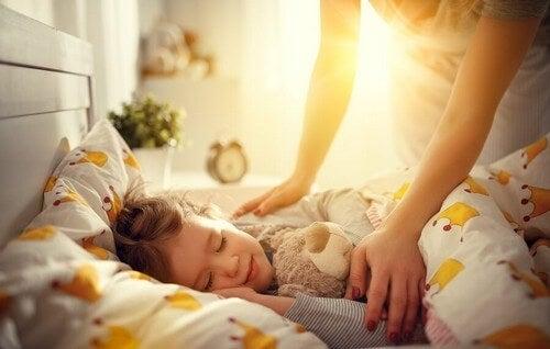 Dziecko budzi się wcześnie rano - jak tego dokonać?
