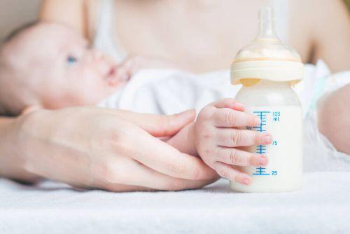 Karmienie dziecka mlekiem w butelce