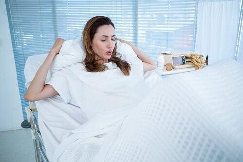 Kobieta w ciąży na leżance oddychająca głęboko