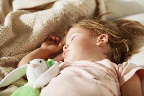 Drzemka dzieci i wszystkie korzyści z nią związane