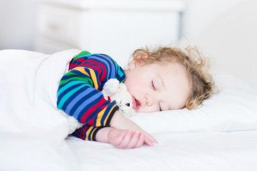 Drzemka dzieci i niemowląt oraz korzyści z niej wynikające