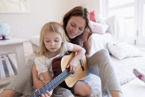 Mama i dziecko grają na gitarze - wrodzone talenty dziecka