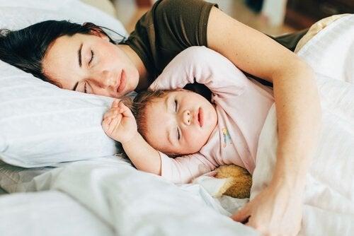 Mama śpiąca z dzieckiem