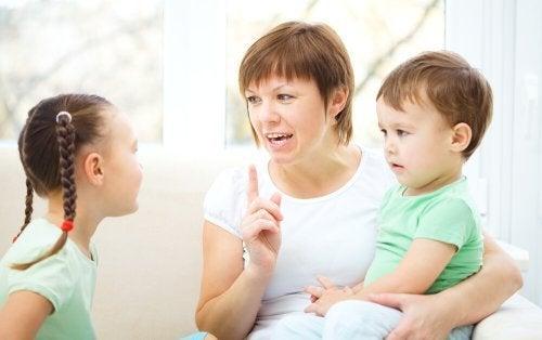 Mama rozmawiająca z córką i synem - jak nauczyć dziecko dobrych manier