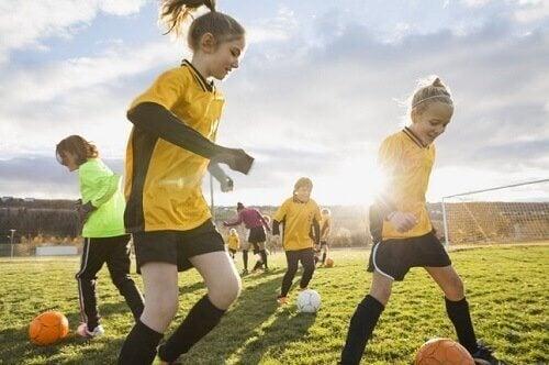 Dziewczynki grające w piłkę