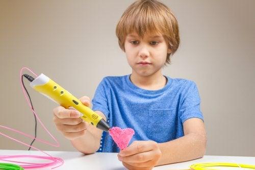Chłopiec wykonujący prace artystyczne