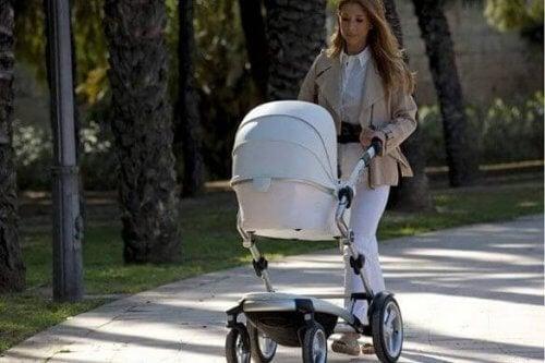 Co zapakować do torby wózkowej - kobieta na spacerze z dzieckiem