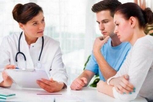 Para rozmawiająca z lekarzem