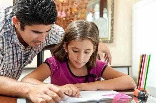Ojciec pomagający dziecku odrabiać pracę domową