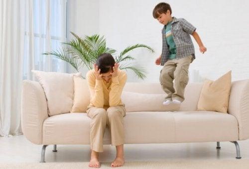 Rozzłoszczone dziecko skaczące na kanapie