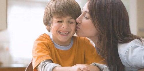 Mama całująca syna