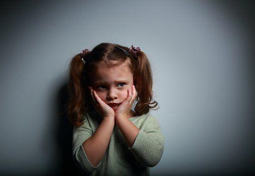 Zmartwiona dziewczynka