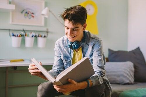 Chłopak czyta książkę