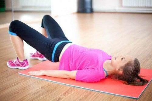 Ćwicząca kobieta - ćwiczenia po porodzie