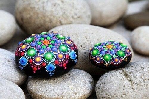 Dekorowanie kamieni: proste a zarazem piękne rękodzieło
