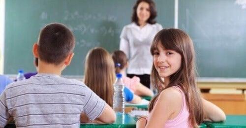 Jeżeli Twoje dziecko rozmawia na lekcjach, ćwicz z nim w domu cierpliwość i skupienie.