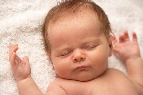 Dziecko nie płacze – czy to normalne?