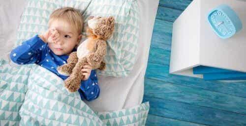 Dziecko nie chce spać samo w pokoju: co robić?