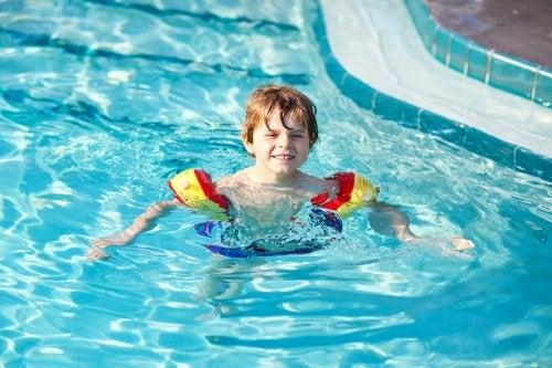 Chłopczyk pływający w basenie