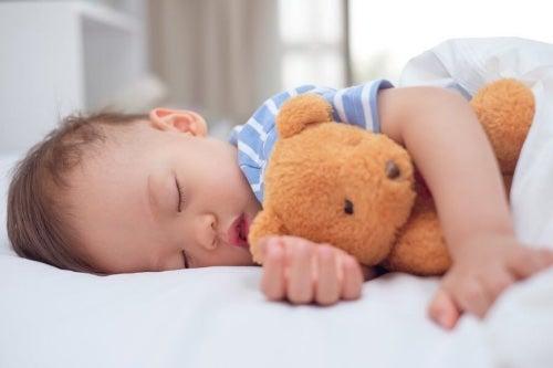 Kiedy dziecko przyzwyczai się do drzemek, samo będzie chciało kłaść się do łóżka kiedy przyjdzie na to pora.