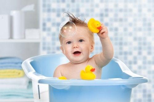 Dziecko w wanience z gumowymi kaczuszkami