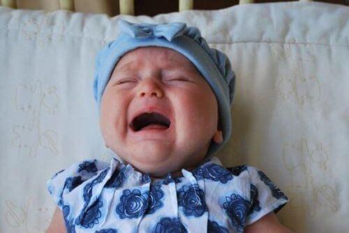 Dziecko wypadło z łóżeczka i płacze
