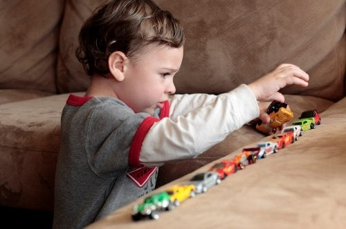 Chłopczyk bawiący się samochodzikami