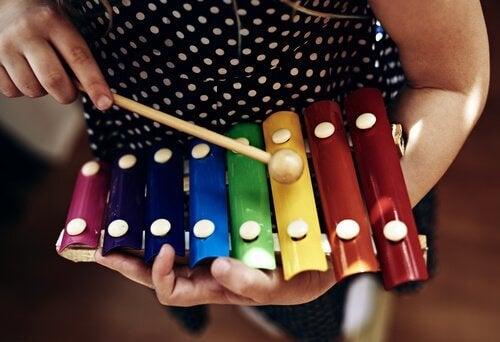 Dziewczynka grająca na cymbałkach - zabawki muzyczne dla dzieci