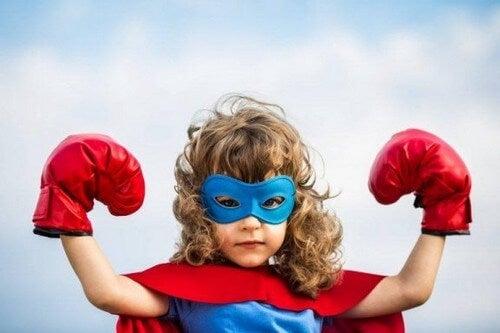 Dziecko przebrane za superbohatera