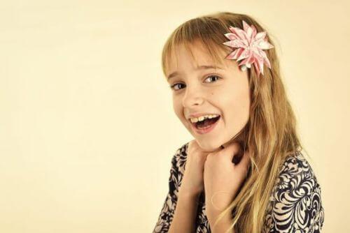 Dziewczynka z kwiatem we włosach
