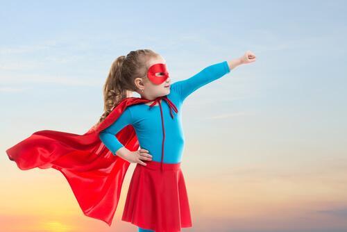 Dziewczynka w stroju superwoman