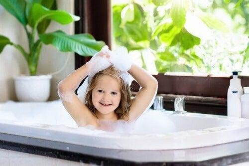 Samodzielne mycie: kiedy na nie pozwolić?