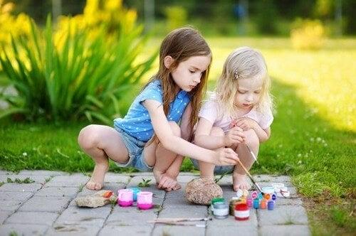 Dekorowanie kamieni przez dziewczynki