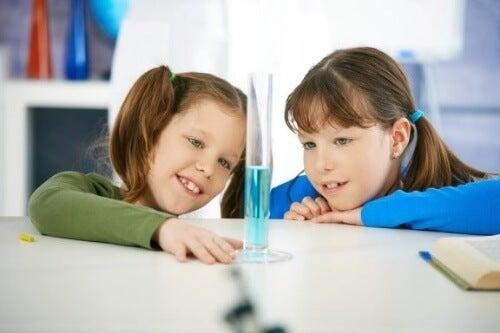 Eksperymenty z wodą są bezpieczne, łatwe do wykonania i niedrogie.