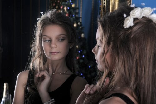 Nastolatka patrząca w lustro
