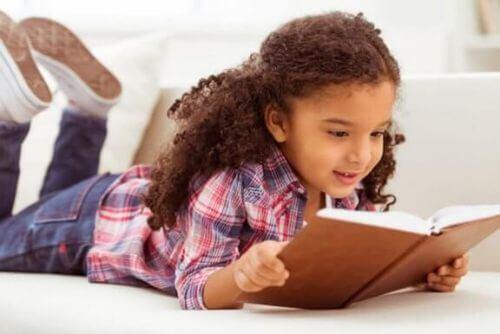 historie edukacyjne - dziewczynka czyta książkę