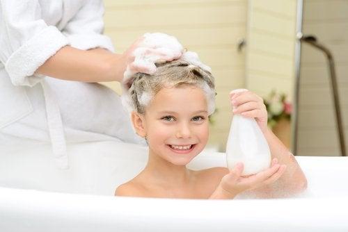 Kobieta myjąca głowę dziewczynce