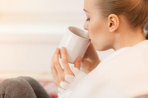 Kobieta pijąca herbatę z kubka