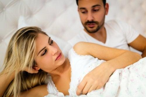 Mężczyzna i kobieta leżący na łóżku - współżycie podczas połogu
