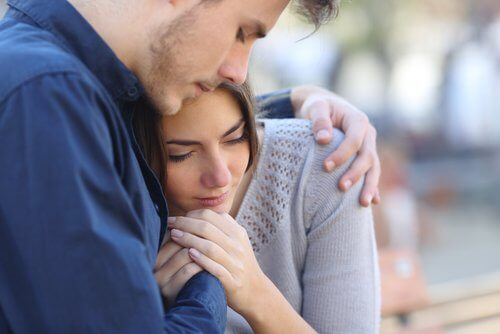 Mężczyzna przytulający smutną kobietę