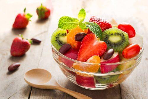 Miseczka z sałatką owocową - co jeść po porodzie