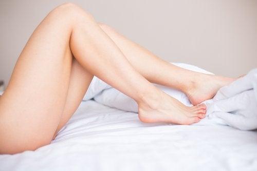 Nagie nogi kobiety ugięte w kolanach
