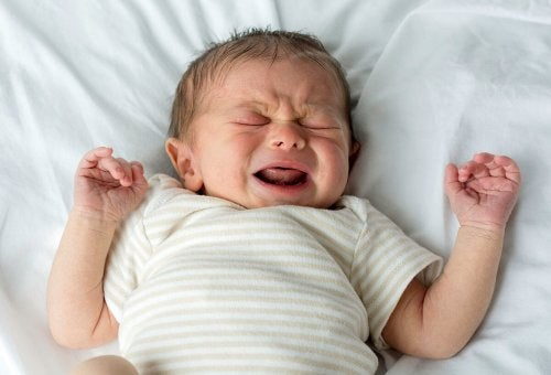Płaczące niemowlę - dlaczego dziecko płacze przez sen
