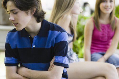 Chłopiec odrzucony przez równieśników