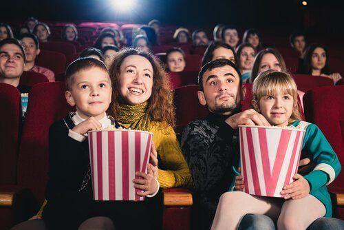Rodzina spędza wspólnie czas w kinie, oglądając filmy dla dzieci