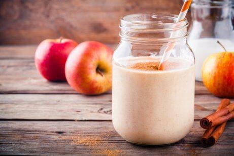 Smoothie jabłkowe w słoiku i jabłko