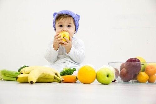 Dziecko wśród owoców