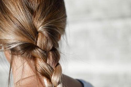 Mycie włosów nie powoduje ich wypadania.