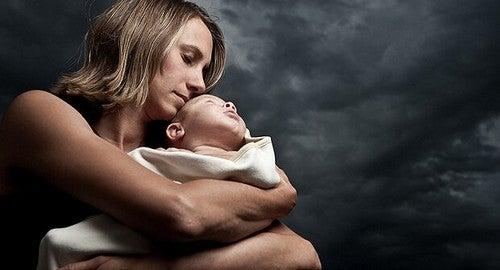 Kobieta z niemowlęciem - depresja poporodowa