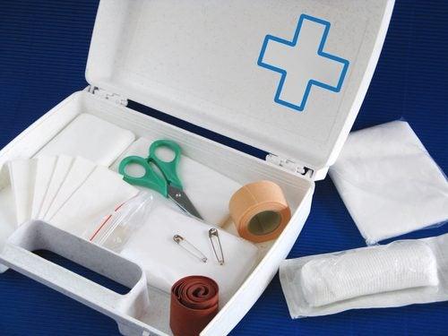 Otwarta apteczka pierwszej pomocy